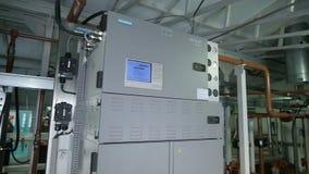 A câmera move-se ao longo do equipamento melhorado na companhia do gás video estoque