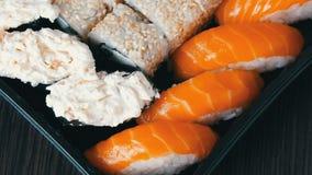 a câmera move-se certo Grande variedade bem escolhida de rolo de sushi, nigiri, maki, Gunkan com salmões, enguia, camarões, Phila filme