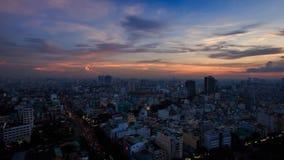A câmera move-se da skyline após o por do sol para a cidade do arranha-céus vídeos de arquivo