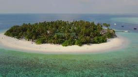 A câmera move-se longe do hotel de resort da ilha tropical redondo do atol com as palmeiras da areia e o indiano brancos de turqu video estoque