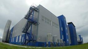A câmera move-se para o grande complexo de construção da fábrica video estoque