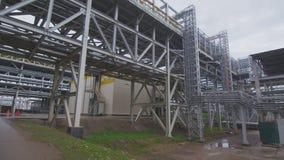 A câmera move-se rapidamente ao longo do grande gasoduto da fábrica filme