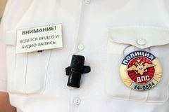 A câmera na caixa o inspetor do serviço da patrulha da estrada da polícia é usada para controlar sua operação a fim combater o nú Imagens de Stock