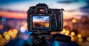 A câmera na cidade obscura do fundo ilumina-se fotos de stock royalty free