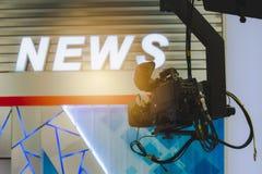 Câmera na sala de notícia da transmissão imagens de stock