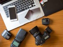 Câmera na tabela na mesa do fotógrafo imagens de stock