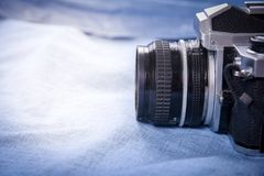 câmera no blackground azul, ainda vida Foto de Stock