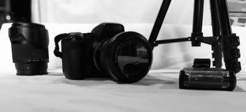 Câmera, objetiva e dispositivos do fotógrafo sobre o fundo branco imagem de stock royalty free