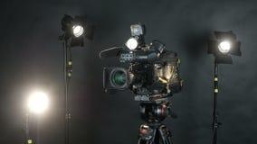 Câmera profissional da transmissão no estúdio irreconhecível da notícia da tevê Isolado no fundo video estoque