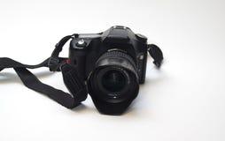 Câmera profissional do dslr com lente, para-sol da objetiva e correia Imagens de Stock Royalty Free