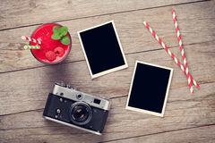 Câmera, quadros da foto e batido da framboesa Fotos de Stock Royalty Free