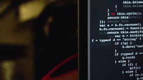 Câmera que move-se para monitorar do portátil com código de programação da fonte filme