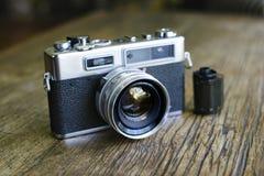 Câmera retro com um rolo do filme fotográfico imagens de stock