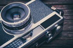Câmera retro do filme no fundo de madeira Imagens de Stock