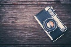 Câmera retro do filme no fundo de madeira Fotografia de Stock