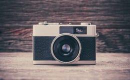 Câmera retro do filme no fundo de madeira Fotos de Stock