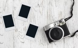 Câmera retro e foto de papel imediata velha vazia imagem de stock
