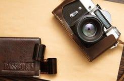 Câmera retro e passaporte Foto de Stock