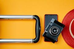 Câmera retro e smartphone moderno no fundo amarelo brilhante Publicar em blogs ou conceito do blogger fotografia de stock