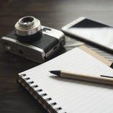 Câmera retro e vários artigos pessoais Imagens de Stock Royalty Free