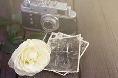 A câmera retro, foto e aumentou Matizado, espaço da cópia imagens de stock