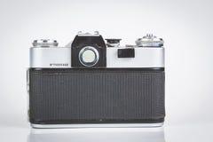Câmera retro isolada no branco Fotos de Stock Royalty Free