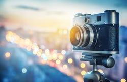Câmera retro no fundo da cidade da noite Conceito no assunto de m foto de stock