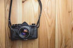 Câmera retro no fundo de madeira da tabela Fotos de Stock Royalty Free
