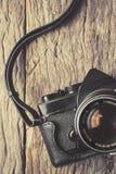 Câmera retro no fundo de madeira da tabela Foto de Stock Royalty Free