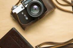 Câmera retro no papel velho Fotografia de Stock Royalty Free