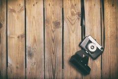Câmera retro sobre pranchas de madeira velhas Foto de Stock Royalty Free