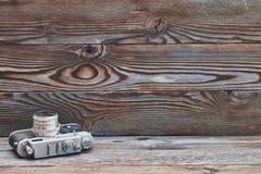 Câmera retro velha do rangefinder do vintage no fundo de madeira Fotos de Stock