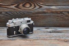 Câmera retro velha do rangefinder do vintage no fundo de madeira Fotografia de Stock Royalty Free