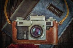 Câmera retro velha do vintage no grunge de madeira Imagens de Stock Royalty Free