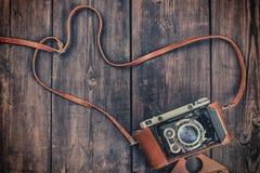 Câmera retro velha do vintage no grunge de madeira Fotografia de Stock