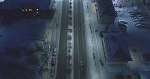 A câmera segue carros, na estrada na noite Metragem aérea filme