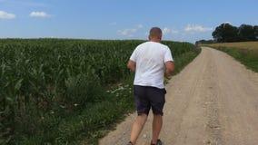 A câmera segue o corredor na estrada rural video estoque
