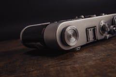 câmera soviética do vintage velho com a lente no fundo de madeira foto de stock