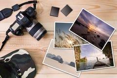 Câmera, tampão, cartões de memória e pilha velhos de fotos no fundo de madeira imagem de stock
