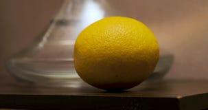 A câmera toma uma laranja fora do cachimbo de água e elimina-a video estoque