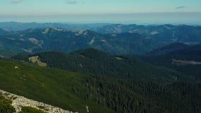 A câmera toma a vista panorâmica do pico da cordilheira Carpathian Uma ideia das inclinações florestados e dos penhascos das mont vídeos de arquivo