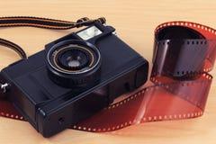 A câmera velha, câmera do vintage filma popular no passado imagem de stock royalty free