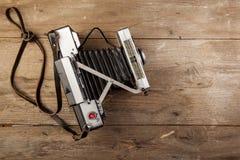 Câmera velha colocada em uma superfície de madeira imagem de stock