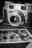 Câmera velha com foto Fotos de Stock Royalty Free