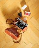A câmera velha do filme ALIMENTOU com o filme do agfa no fundo de madeira Imagens de Stock
