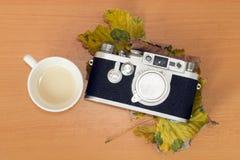 Câmera velha do Rangefinder na tabela Fotografia de Stock Royalty Free