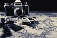 Câmera velha do vintage no mapa com negativos imagens de stock