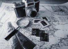 Câmera velha do vintage no mapa com negativos fotografia de stock