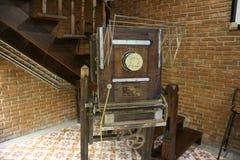 A câmera velha e o clássico a madeira são ficados situada no assoalho de madeira fotos de stock