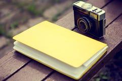 Câmera velha e um livro imagens de stock royalty free